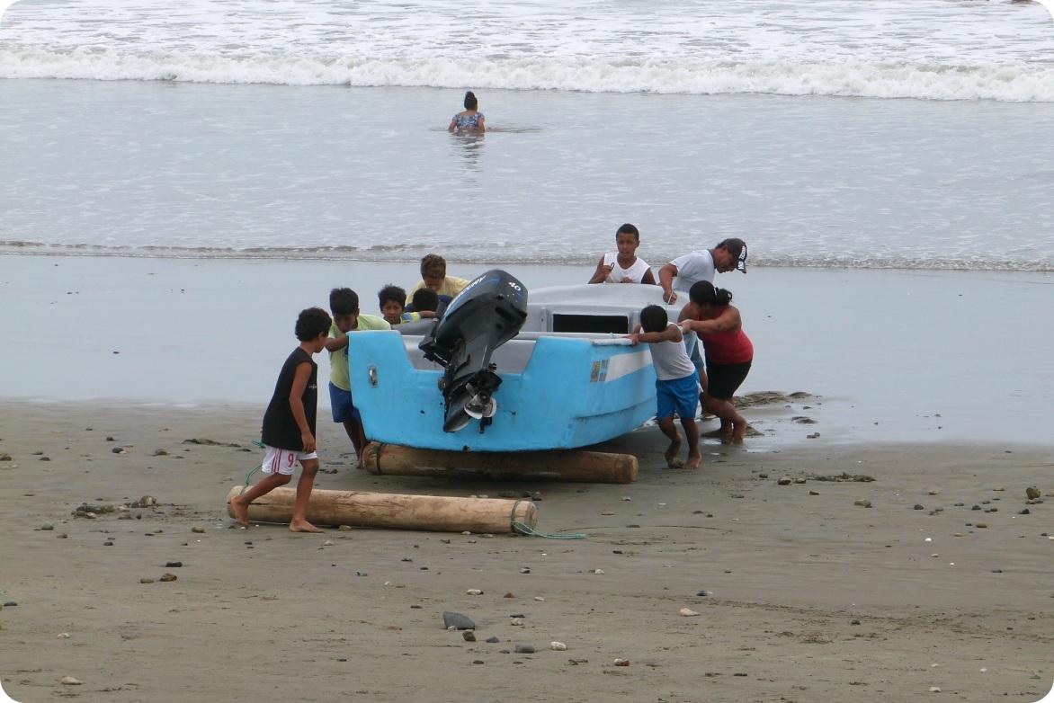 barca-ninos-playa-pedernales-ecuador